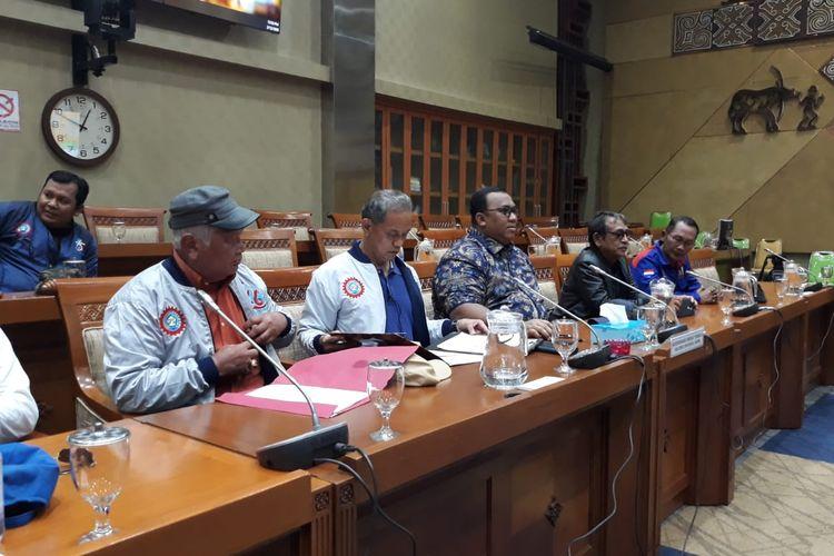 DPR menerima massa aksi dari Konfederasi Serikat Pekerja Seluruh Indonesia (KSPSI) di Kompleks Parlemen, Senayan, Jakarta, Rabu (12/2/2020).