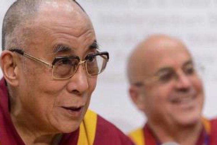 Dalai Lama duduk di sebelah pendeta Budha asal Perancis, Matthieu Ricard, dalam jumpa pers setelah mengunjungi Parlemen Swiss pada Selasa (16/4/2013), dalam kunjungan enam hari di negeri itu. Sayangnya, kunjungan Dalai Lama ke Universitas Sydney, Australia yang dijadwalkan Juni mendatang dibatalkan pihak universitas. Langkah ini menuai kecaman pedas dari para aktivis dan sejumlah anggota parlemen China.
