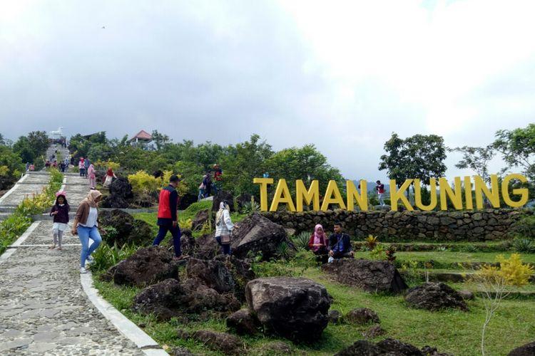 Taman Kuning yang berada di Kebun Raya Kuningan, jadi salah satu spot foto instagenic bagi wisatawan.