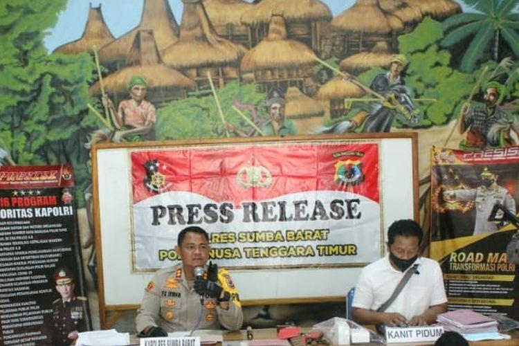 Kapolres Sumba Barat AKBP FX Irwan Arianto (kiri) sedang menggelar konferensi pers terkait kasus pencurian kendaraan bermotor dan sejumlah kasus lain di wilayah hukum Polres Sumba Barat, Minggu (7/2/2021).