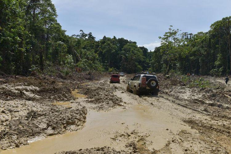 Jalan rusak para di Trans Papua terdapat di 84 titik.