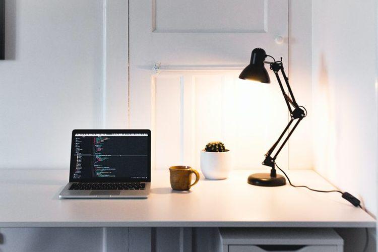 Ilustrasi lampu di ruangan kerja