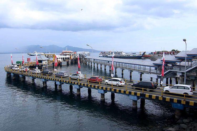 Kendaraan yang akan menyeberang ke Bali menunggu antrean masuk ke kapal  di Pelabuhan Ketapang, Banyuwangi, Jawa Timur, Selasa (24/12/2019). Data ASDP Ketapang menunjukkan, pada arus mudik masa libur Natal dan Tahun Baru 2020 di Pelabuhan Ketapang menuju Bali terhitung dari 23 Desember pukul 08.00 Wib hingga 24 Desember pukul 08.00 mencapai 42.063 penumpang atau meningkat 26 persen dibandingkan 2018 lalu.