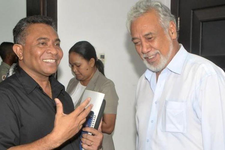 Mantan perdana menteri Timor Leste Xanana Gusmao (kanan) berbincang dengan Rui Araujo, yang saat foto ini diambil masih menjabat menteri kesehatan, di kantor perdana menteri Dili. Setelah Xanana mengundurkan diri, Rui Araujo diangkat menjadi perdana menteri baru.