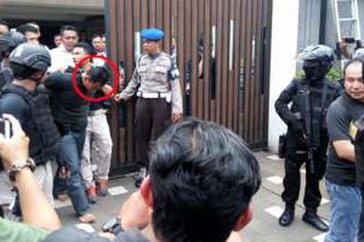 Pelaku perampokan dan penyanderaan di sebuah rumah di Jalan Bukit Hijau 7, Pondok Indah, Jakarta Selatan, Sabtu (3/9/2016), berhasil dilumpuhkan polisi dan digiring ke luar rumah.