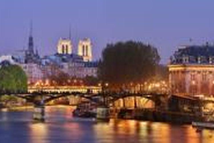 Pont des Arts, jembatan logam berlengkung sembilan, merupakan salah satu tempat romantis yang kerap dikunjungi.