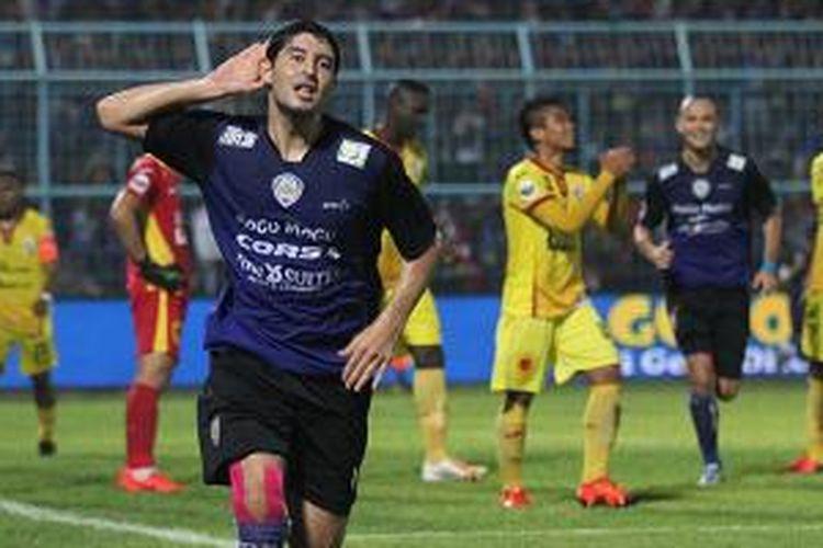 Esteban Vizcarra merayakan gol Arema ke gawang Sriwijaya FC, Minggu (22/11/2015).