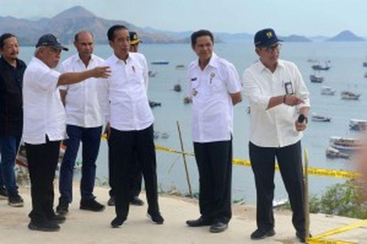Presiden Jokowi didampingi pejabat terkait mendiskusikan penataan Labuan Bajo, NTT, saat mengunjungi kawasan tersebut, Rabu (10/7/2019) siang.