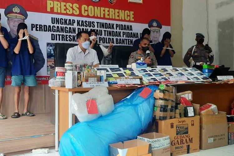 Direktorat Reserse Kriminal Khusus Polda Banten membekuk empat penipu yang memanfaatkan program cashback di aplikasi e-commerce ataujual beli online.