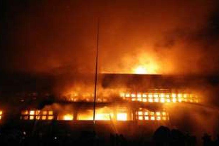 Api membakar Markas Polisi Militer Kodam XII/Tanjungpura, di Jalan Rahadi Usman, Kota Pontianak, Kalimantan Barat (Kalbar), Selasa (15/11/2016).