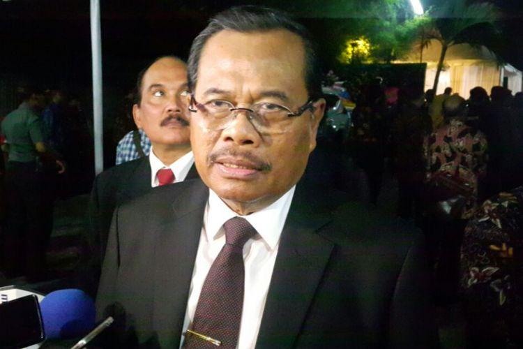 Jaksa Agung HM Prasetyo menyatakan Kejaksaan Agung sudah menerima surat perintah dimulainya penyidikan terhadap terlapor dua pimpinan KPK, Agus Rahardjo dan Saut Situmorang. usai menghadiri acara resepsi pernikahan Kahiyang-Bobby di Graha Saba Buana Solo, Rabu (8/11/2017).