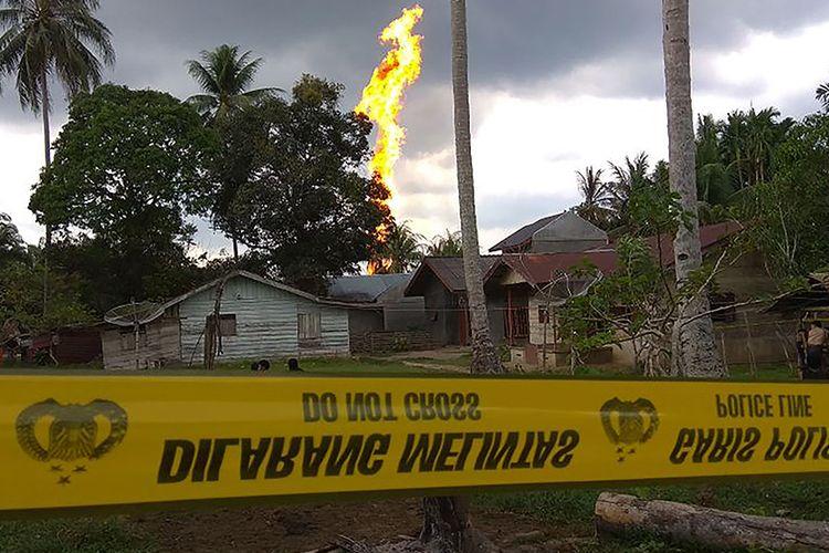 Kobaran api dari sumur minyak di Desa Pasi Putih, Kecamatan Ranto Peureulak, Kabupaten Aceh Timur, Rabu (25/4/2018). Sedikitnya 10 orang tewas dan belasan lainnya terluka akibat insiden meledaknya sumur minyak yang terjadi sekitar pukul 01.30 tersebut. .
