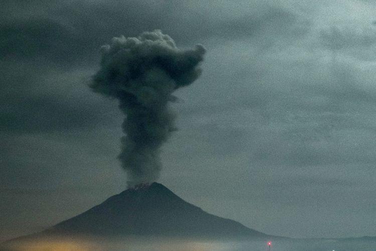 Gunung Sinabung mengeluarkan abu vulkanik tebal, seperti yang terlihat dari Desa Beganding, Karo, Selasa (2/5/2017). Sinabung kembali menghentak Tanah Karo pada 2010 silam untuk pertama kalinya sejak 400 tahun terakhir. Gunung itu kembali meletus pada 2013 dan 2016, dan tetap aktif hingga saat ini.