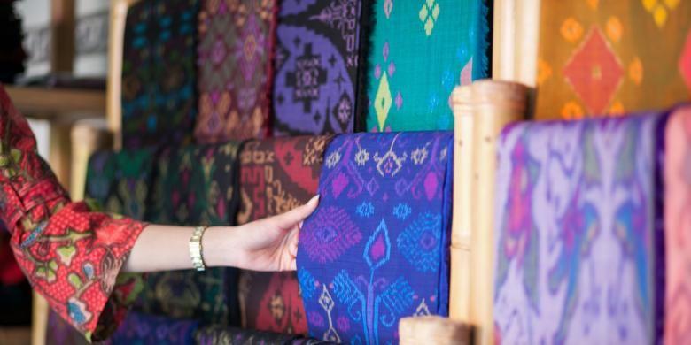 Aneka macam kain endek atau tenun ikat khas Bali