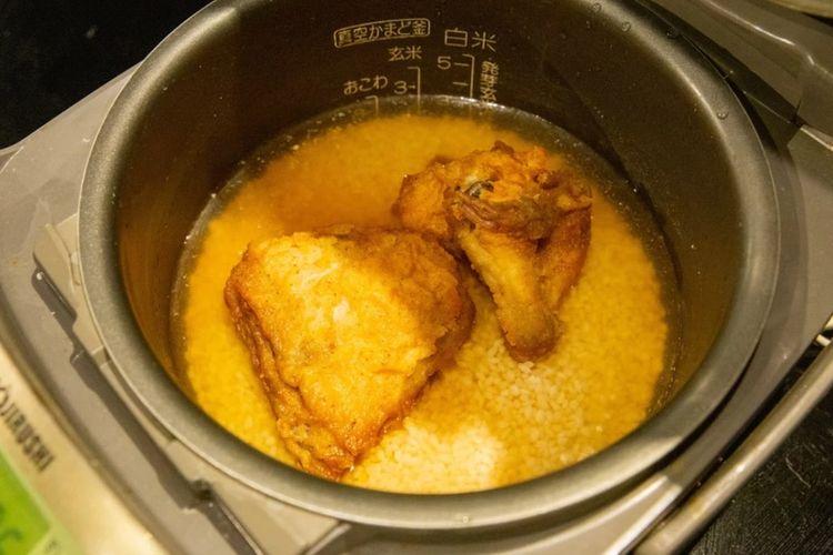 Viral di Jepang, Masak Beras Pakai Ayam KFC. Ayam KFC dimasukan langsung kedapam penanak nasi bersama dengan beras, air dan bumbu lainnya.