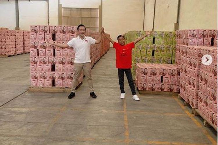 Pembawa acara Ruben Onsu bersama anak asuhnya, Betrand Peto di pabrik Bensu Drink.