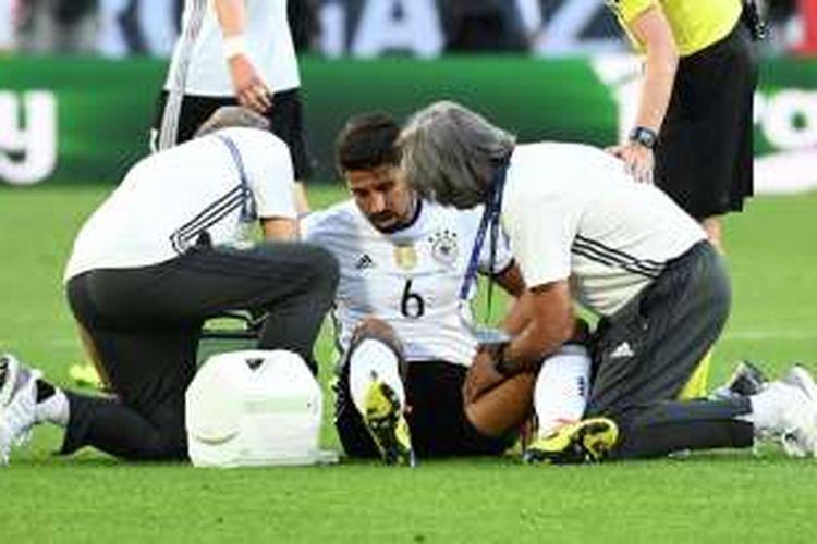 Gelandang Jerman, Sami Khedira, mengalami cedera paha saat melawan Italia pada partai perempat final Piala Eropa di Stadion Matmut Atlantique, 2 Juli 2016.