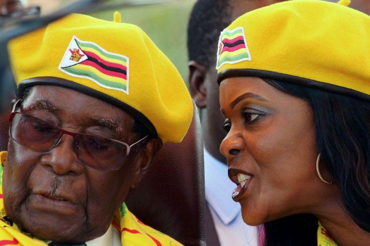 Presiden Robert Mugabe mendengarkan istrinya Grace Mugabe saat kampanye partai berkuasa yang dipimpinnya ZANU-PF di Harare, Zimbabwe, Rabu (8/11/2017).