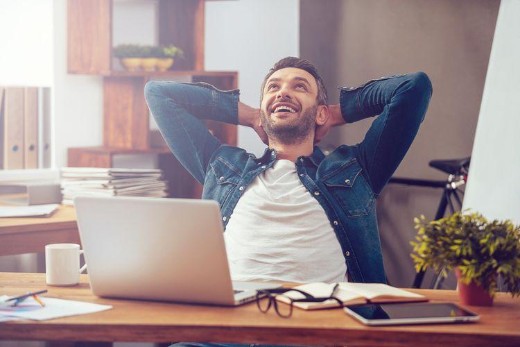 Ilustrasi seorang pria merasa bahagia dapat menyelesaikan pekerjaannya dengan baik.