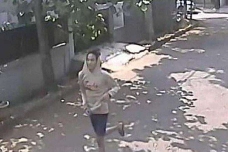 Pelaku pemerkosaan di kawasan Bintaro, Tangerang Selatan tertangkap kamera usai menyetubuhi dan menganiaya seorang perempuan berinisial AF pada 13 Agustus 2019. Korban menuturkan pelaku menerobos masuk ke dalam rumah saat dirinya sedang terlelap.