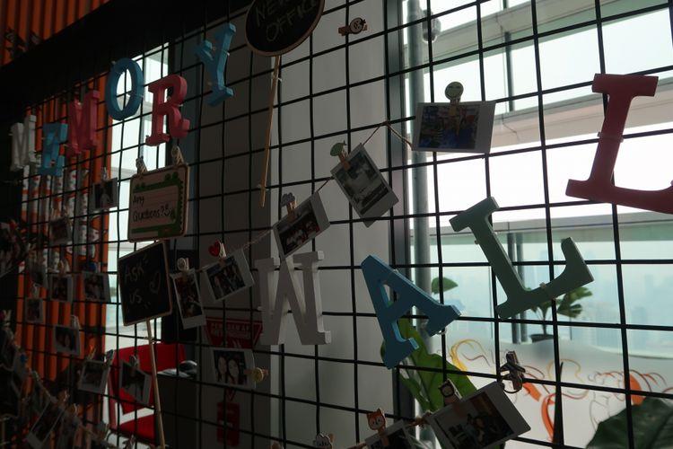 Memory Wall di salah satu sudut Kantor Google Indonesia, digunakan untuk memasang foto-foto momen kebersamaan.