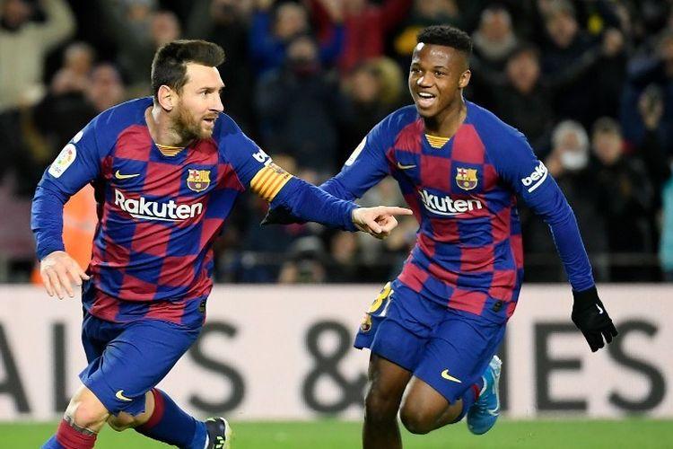 Penyerang Barcelona Lionel Messi (kiri) berselebrasi setelah mencetak gol pembuka pada laga Liga Spanyol antara Barcelona vsGranada FC di Camp Nou pada Minggu (19/1/2020).