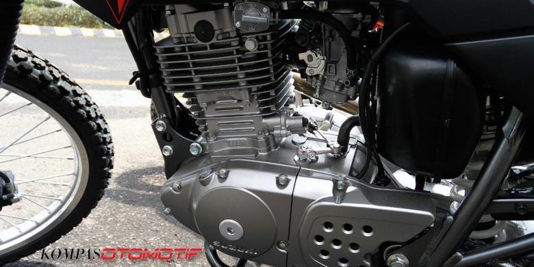 Suzuki DR 200 S menggunakan karburator dan menganut Euro II.