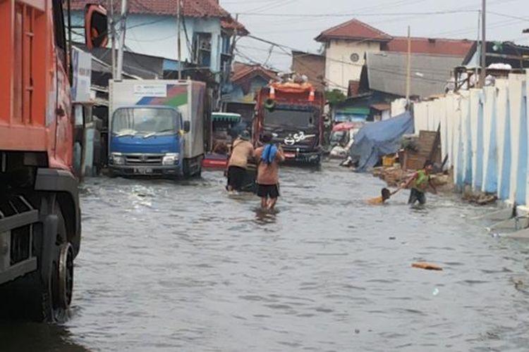 Banjir rob yang sedang terjadi di Kelurahan Muara Angke, Penjaringan, Jakarta Utara, Selasa (10/1/2017). Ketinggian banjir rob di Muara Angke terpantau mencapai sekitar 5 sentimeter. Banjir rob menyebabkan tergenangnya jalan akses yang menghubungkan Pasar Muara Angke dengan Pelabuhan Kali Adem.