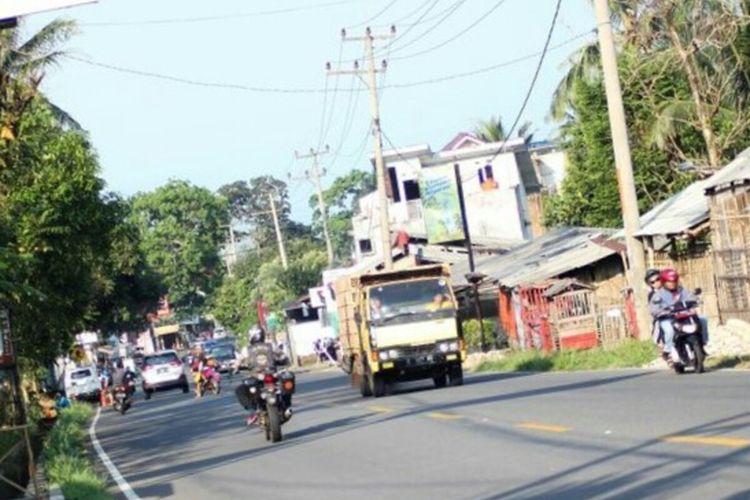 Sebuah kendaraan truk melintas jalur Puncak Cianjur, Jawa Barat. Jelang libur panjang akhir pekan ini kendaraan besar dilarang melintasi jalur tersebut.