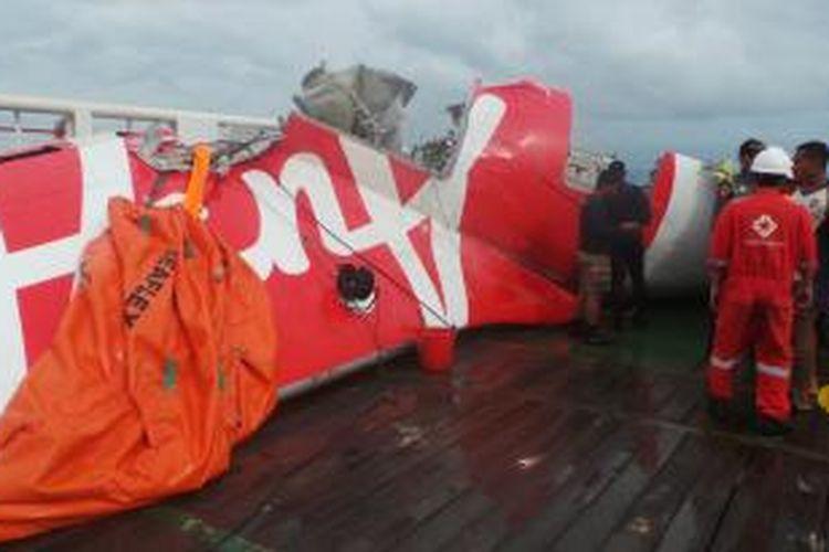 Bagian ekor pesawat AirAsia QZ8501 di atas kapal Crest Onyx milik SKK Migas, di Selat Karimata, Pangkalan Bun, Kalimantan Tengah, Sabtu 910/1/2015).