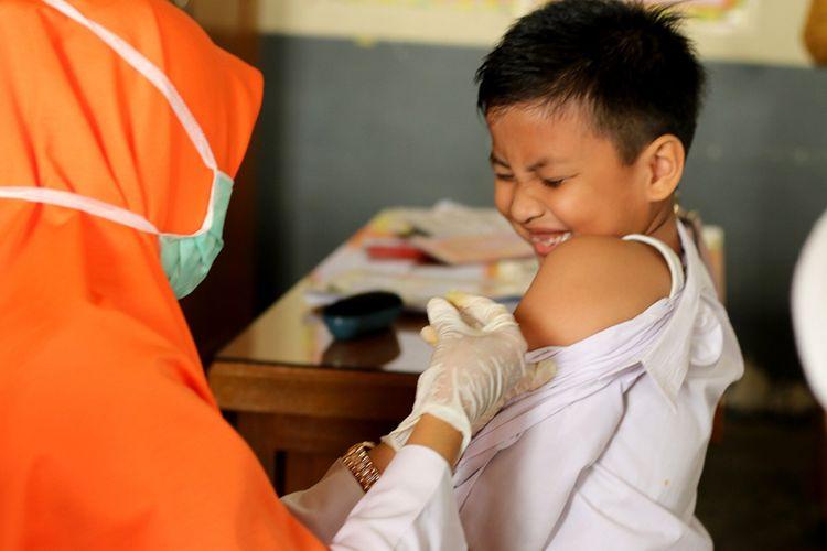 Tim medis dari Puskesmas Ulee Kareng, Kota Banda Aceh, memberikan imunisasi difteri massal kepada 956 siswa Madrasah Ibtidaiyah Negeri (MIN) 5 Kota Banda Aceh, Selasa (20/2/2018). Pemberian vaksin ini dilakukan karena salah satu siswa di MIN tersebut terdeteksi positif menderita penyakit difteri dan sedang menjalani perawatan di (RSUZA) Rumah Sakit Umum Zainal Abidin Banda Aceh sejak beberapa pekan lalu.