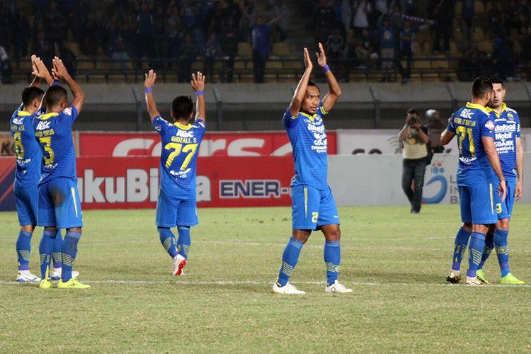 Para pemain Persib Bandung memberikan penghormatan kepada Bobotoh setelah mengalahkan Kalteng Putra FC, di Stadion Si Jalak Harupat, Kabupaten Bandung, Selasa (16/7/2019). (KOMPAS.com/SEPTIAN NUGRAHA)