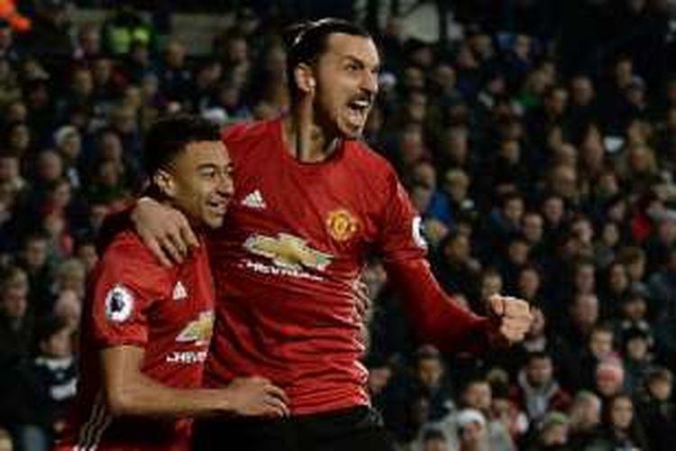 Zlatan Ibrahimovic dan Jesse Lingard merayakan gol Manchester United ke gawang West Brom pada pertandingan Premier League di The Hawthorns, Sabtu (17/12/2016).