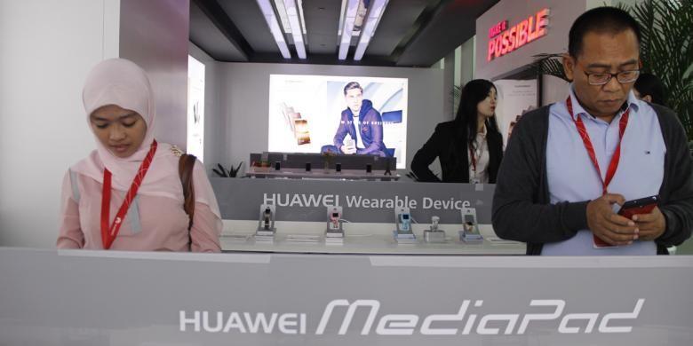 Pengunjung tengah mencoba berbagai produk Huawei di Headquarter Huawei Technologies Co.Ltd di Bantian, Shenzhen, RRC, Kamis (20/10/2016).
