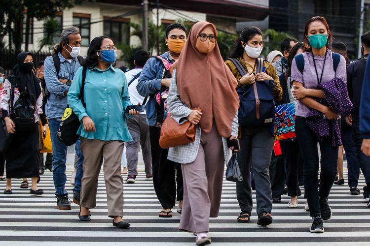 Sejumlah pekerja menggunakan masker berjalan kaki setelah meninggalkan perkantorannya di Jakarta, Rabu (29/7/2020). Klaster perkantoran penularan Covid-19 di Jakarta kini menjadi sorotan. Data resmi hingga Selasa (28/7/2020) kemarin, ada 440 karyawan di 68 perkantoran di Ibu Kota yang terinfeksi virus corona.