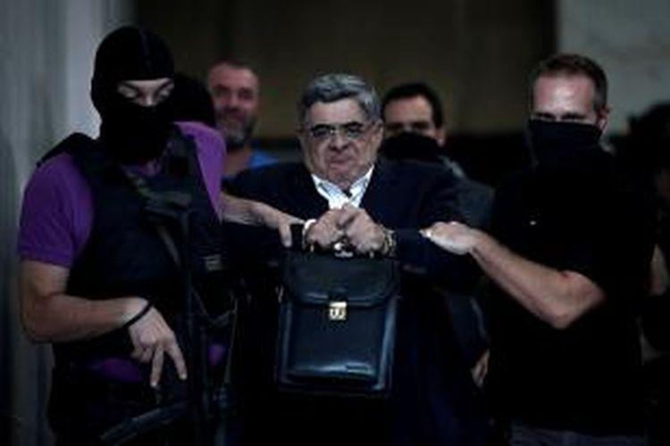 Nikolaus Mihaloliakos, pemimpin partai ultra-kanan Golden Dawn, saat ditangkap aparat kepolisian Yunani menyusul pembunuhan seorang penyanyi rap oleh salah seorang pendukung partai anti-imigran ini.