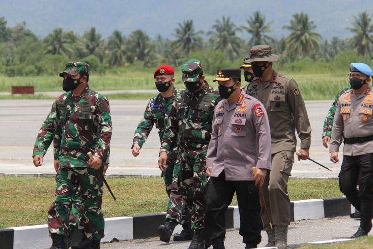 Kapolri Jenderal Listyo Sigit Prabowo dan Panglima TNI Marsekal Hadi Tjahjanto di Bandara Kasiguncu Poso pada (28/9/2021).