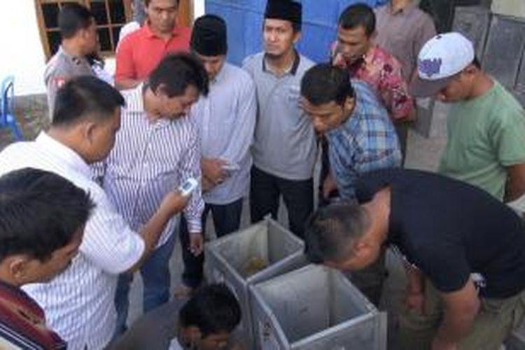 Pembongkaran 34 kotak suara di 17 TPS di Desa Ketapang Barang, Kecamatan Ketapang, Kabupaten Sampang, oleh Panwaslu Sampang, Sabtu (19/7/2014).