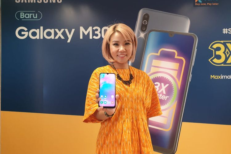 Selvia Gofar, Senior Product Marketing Manager Samsung Indonesia menggenggam Galaxy M30.