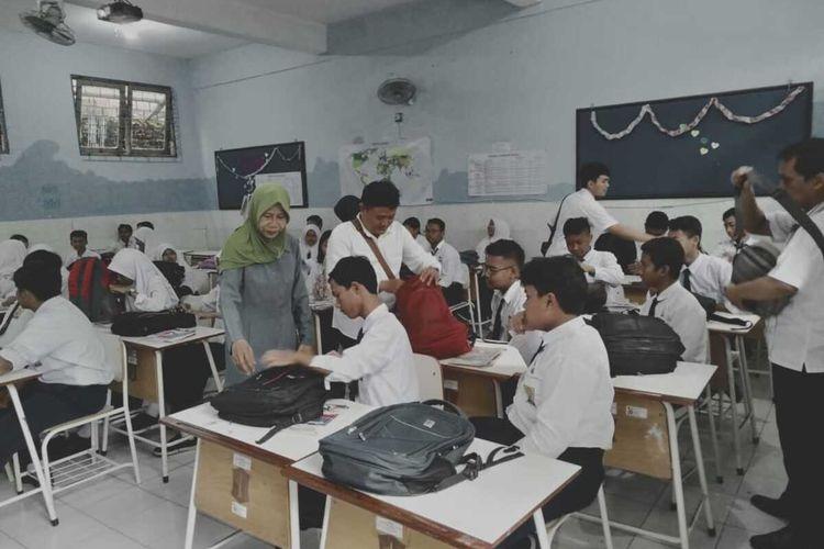 Pemerintah Kota Surabaya melalui Dinas Pendidikan dan beberapa organisasi perangkat daerah (OPD) merazia ponsel pelajar SMP Surabaya.