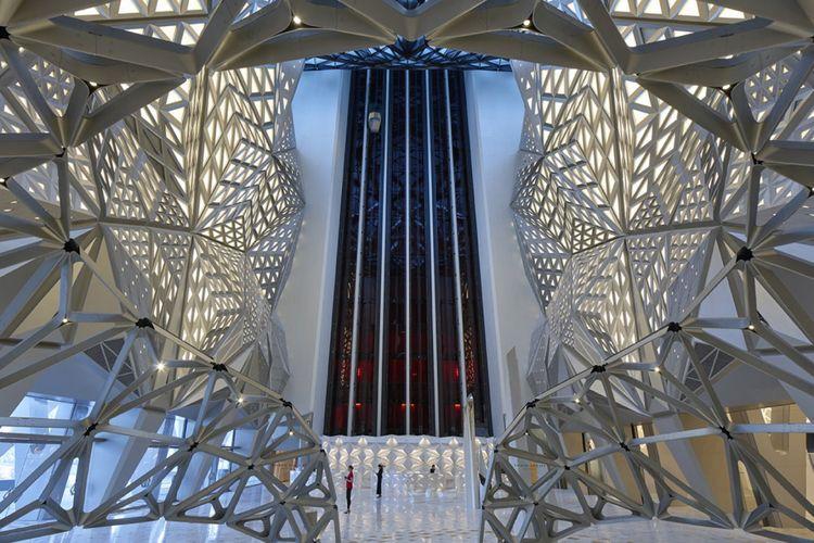 12 lift kaca tembus pandang juga disiapkan agar pengunjung dapat menikmati keindahan interiornya