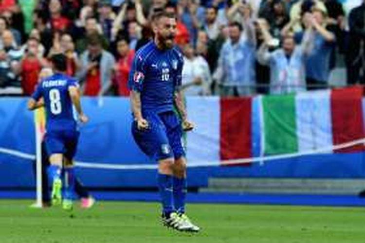 Gelandang Italia, Daniele De Rossi, merayakan kemenangan timnya usai mengalahkan Spanyol di Stade de France, Paris, pada 27 Juni 2016.