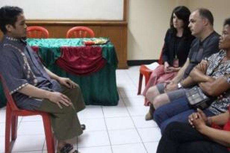 Ali Imron bertatap muka dengan 4 anggota keluarga Bom Bali dan meminta maaf atas keterlibatannya dalam serangan itu