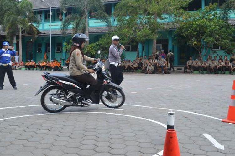 Anggota Sat Lantas Polres Semarang memberikan pemahaman tentang materi uji praktik SIM C kepada siswa SMK Negeri 1 Tengaran melalui Program Blusukan Ayo Berlatih, baru-baru ini.