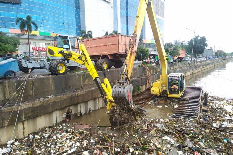 Sampah di Kali Banjir Kanal Barat di dekat Season City yang sedang diangkut oleh UPK Badan Air Jakarta Barat, Senin (7/12/2020).