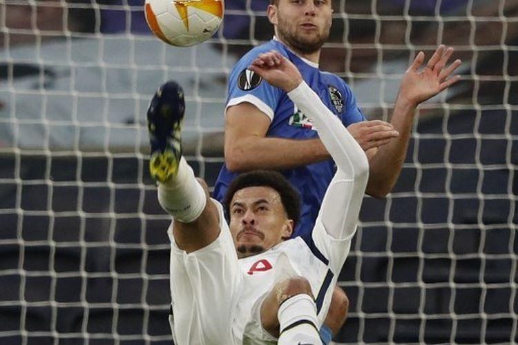 Dele Alli melakukan tendangan salto dalam pertandingan Tottenham vs Wolfsberger pada leg kedua babak 32 besar Liga Europa 2020-2021 yang digelar di Stadion Tottenham Hotspur, London, Rabu (24/2/2021) waktu setempat. Foto: ADRIAN DENNIS/AFP