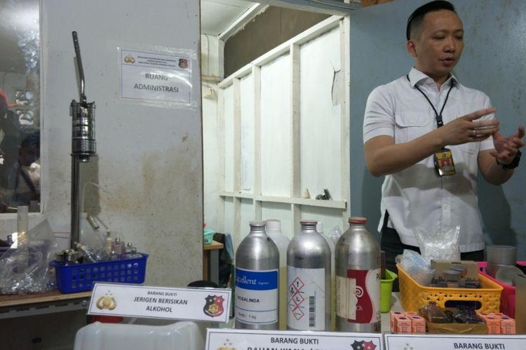 Bahan parfum palsu yang diamankan polisi daei sebuah rumah produksi di Tamansari, Jakarta Barat, Rabu (7/2/2018).