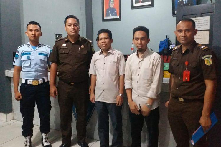 Dua caleg PKS terpilih baju putih didampingi 2 petugas kejaksaan negeri Kendari diserahkan ke Lapas Klas IIA Kendari, selanjutnya akan menjalani masa hukuman 2 bulan penjara.