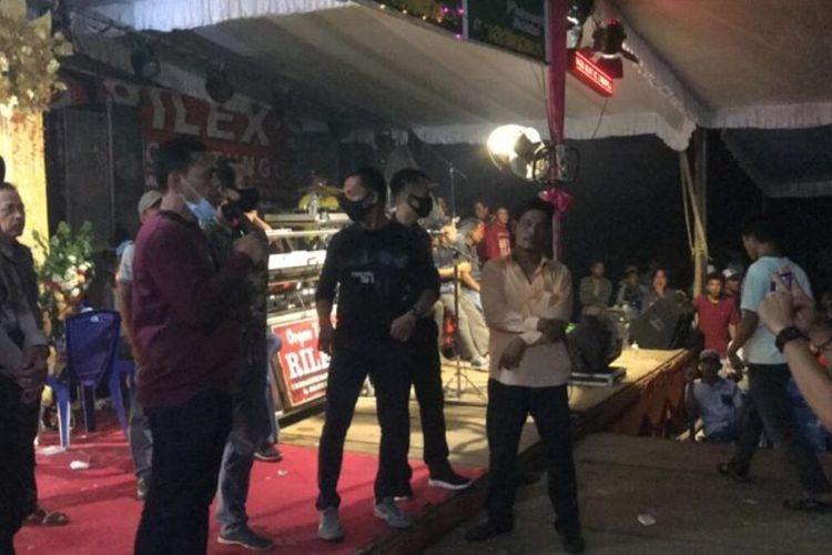 Polisi membubarkan dua acara pernikahan yang berada di Desa Prabumulih dan Desa Anyar Kecamatan Muara Lakitan, Kabupaten Musi Rawas, Sumatera Selatan, lantaran tak mematuhi protokol Covid-19, Minggu (6/12/2020).