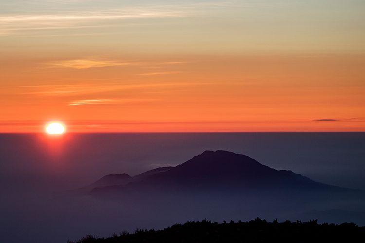Matahari Terbit Dilihat dari Puncak Gunung Sindoro.